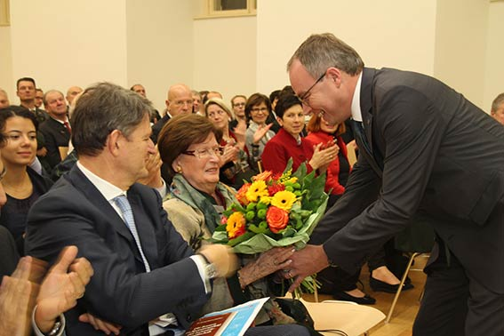 Stephan Pernkopf überreicht Blumen an Margit Brandstätter.