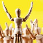 Holzfiguren: Jubelnde Menge und Sprecher