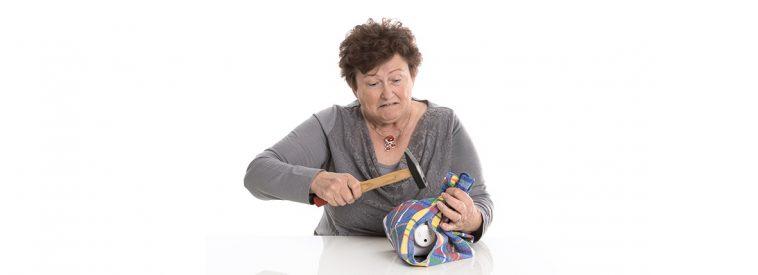 Alte Frau knackt Sparschwein