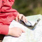 Kompass in Hand eines Mädchens