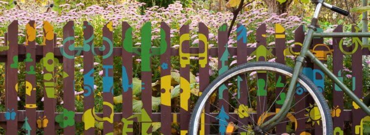 Fahrrad lehnt an Gartenzaun