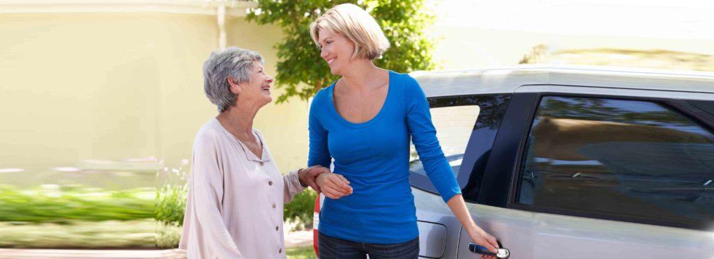 zwei Frauen mit Auto