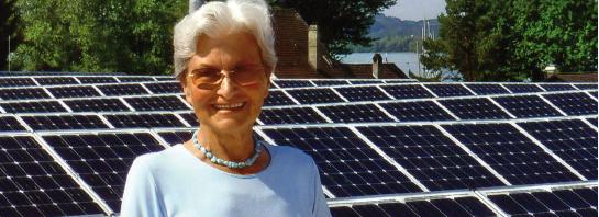 Hildegard Breiner, Träger des Internationel Anti Atompreises vor der PV Anlage in Bregenz, Bauhof.