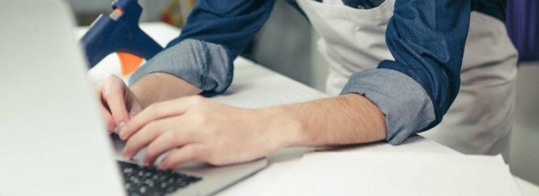 Finger-auf-Laptop-Tastatur