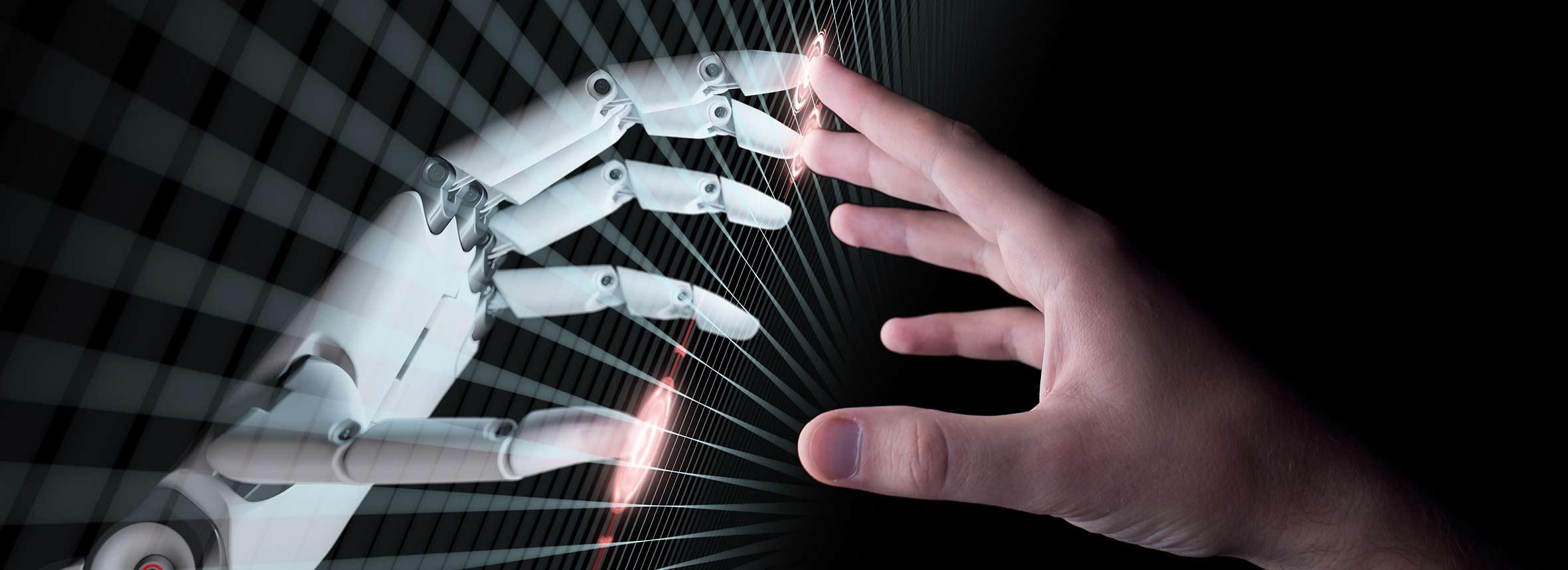 Roboterhand und menschliche Hand