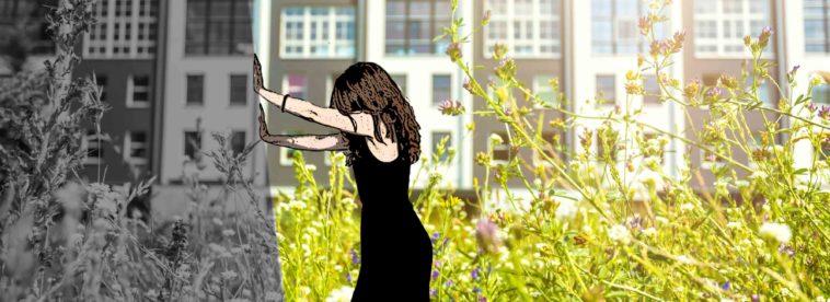 Frau schiebt grauen Balken weg und sonnige Wiese wird sichtbar.