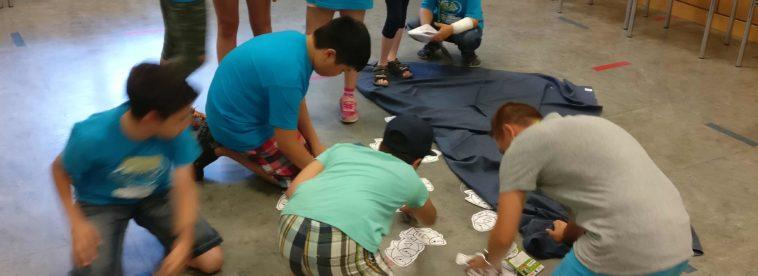 Kinder spielen Fischereiunternehmen