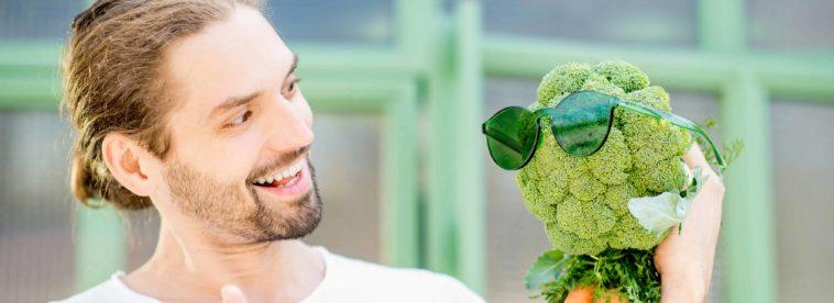 Mann spricht mit Gemüsekopf mit Sonnenbrille