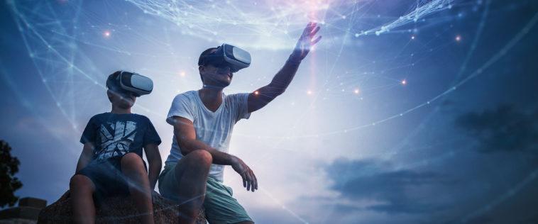 Vater mit Bub mit VR-Brille greifen nach den Sternen