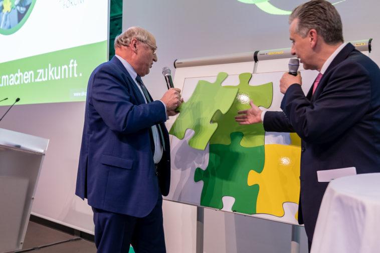 Christoph Badelt, Leiter des WIFO und des wissenschaftlichen Beirates und Josef Taucher, Vizepräsident des Ökosozialen Forums und Klubobmann der SPÖ Wien tragen ein Puzzleteil zum Gesamtbild der Ökosozialen Marktwirtschaft bei.