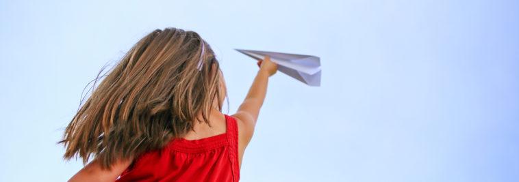 Mädchen mit Papierflieger